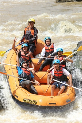 People playing rafting